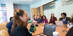 Salariés participant à une séance de sensibilisation à la VAE organisée par leur employeur.